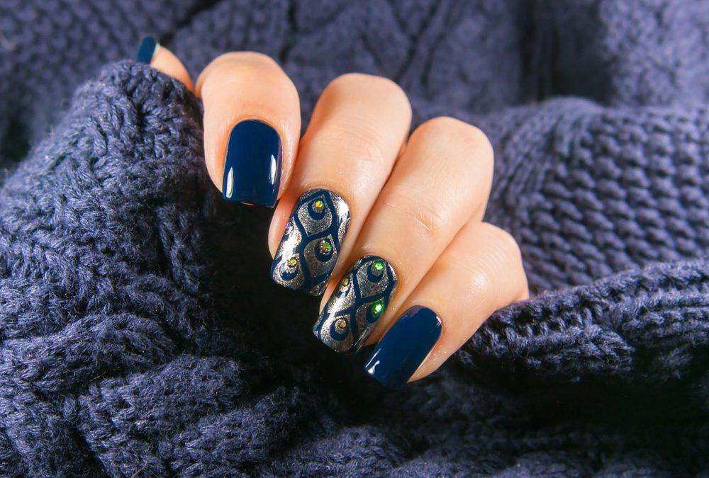 donkerblauwe nagels nail art nagellak 2020 2021 trends